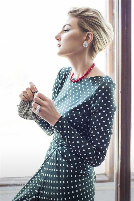 Рената Литвинова в платье в белый горошек