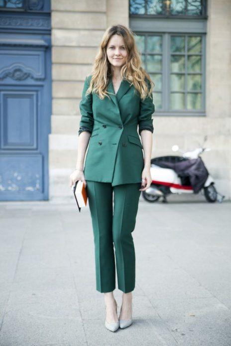 Екатерина Мухина в зелёном костюме