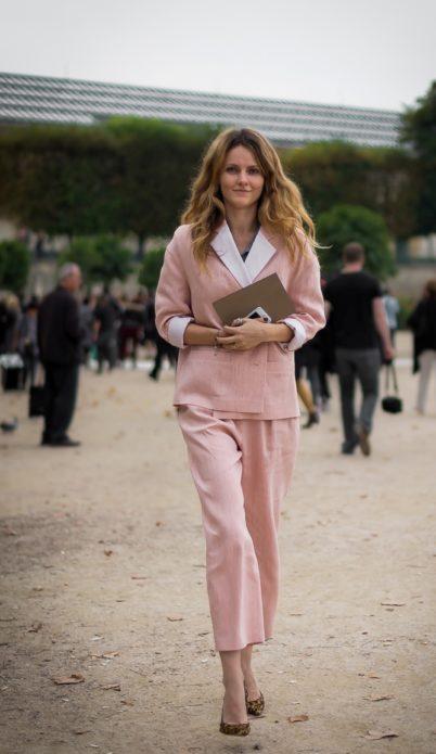 Екатерина Мухина в розовом костюме