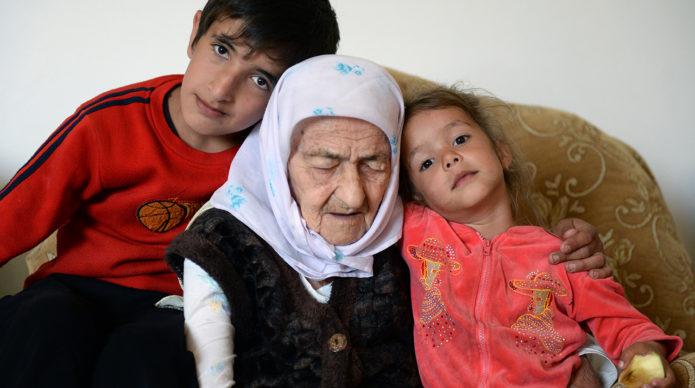 Коку Истамбулова с правнуками
