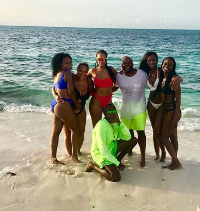 Рианна с друзьями на пляже