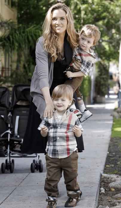 Третья жена Чарли Шина с детьми