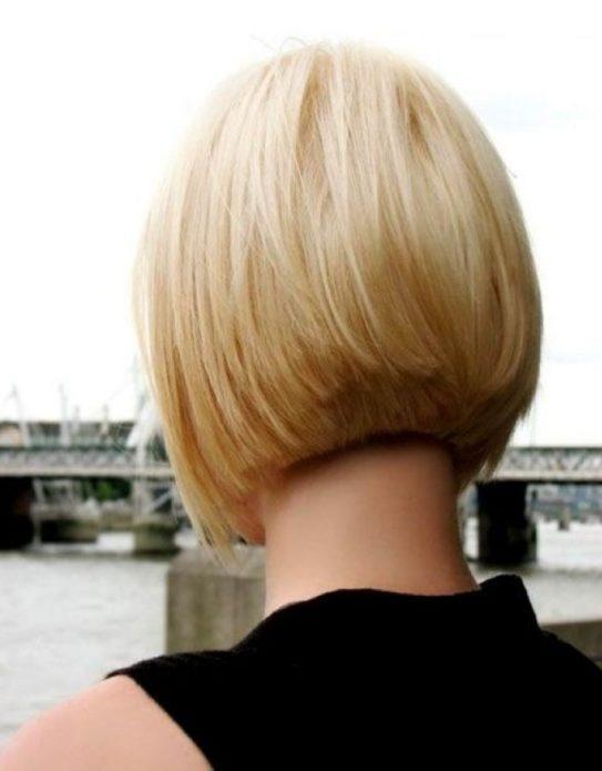 Каре на ножке у блондинки вид сзади