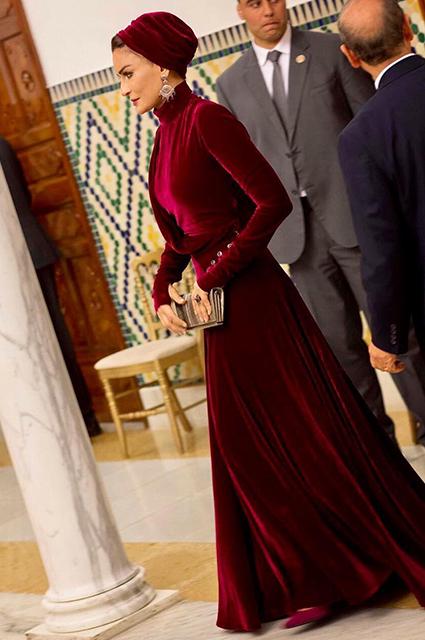 Шейха Моза в красном платье