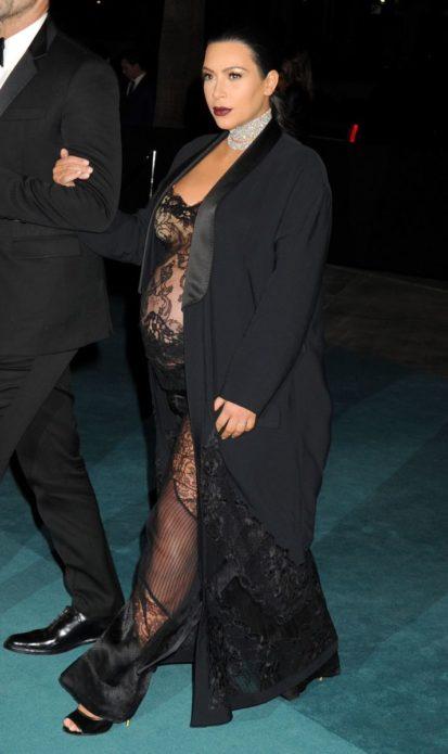 Беременная Ким Кардашьян в прозрачном платье