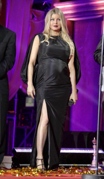 Беременная Ферги в чёрном платье
