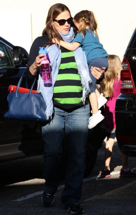Беременная Гарнер с детьми в несуразной одежде