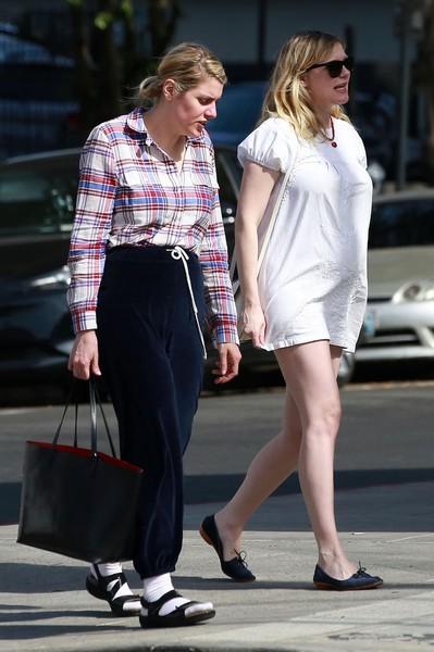Беременная Кирстен в суперкоротком платье