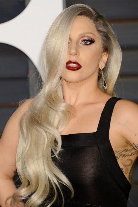 Леди Гага с длинными светлыми волосами