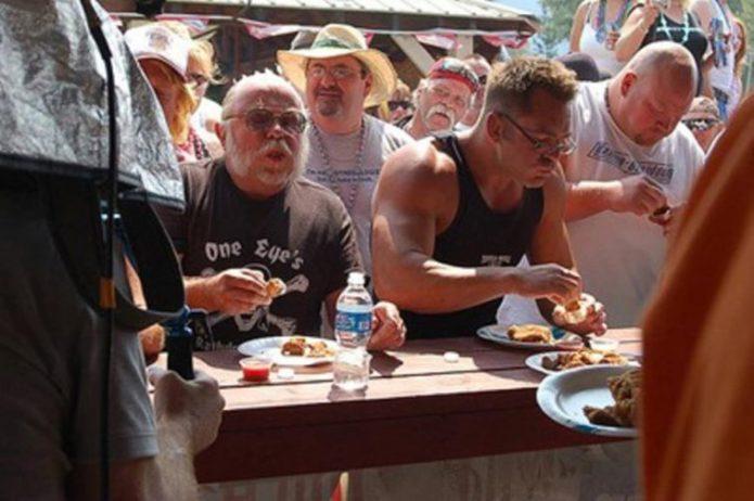 Конкурс по поеданию бычьих яиц