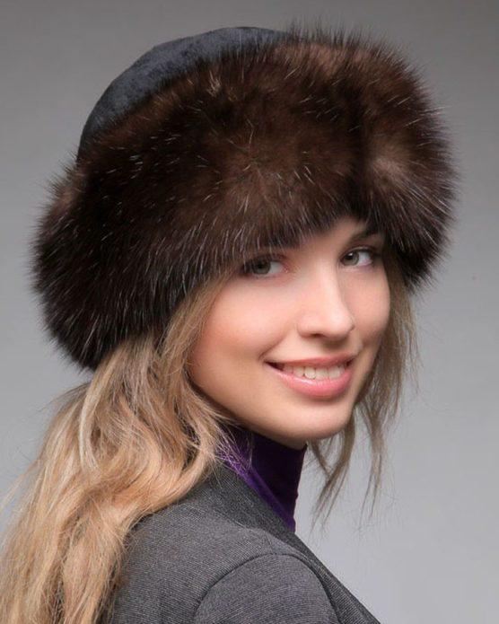 Девушка в меховой шапке