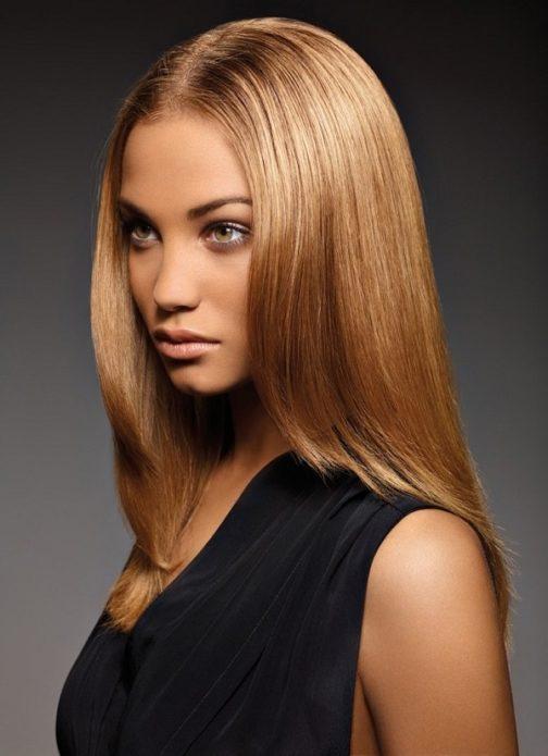 Девушка с волосами цвета светлый мокко