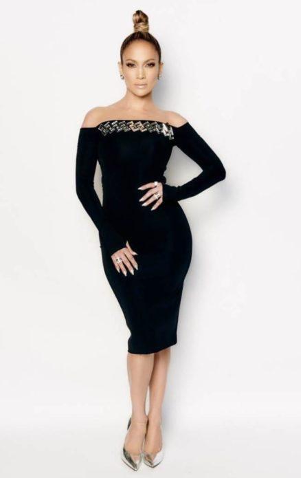 Дженнифер Лопес в чёрном платье-футляре