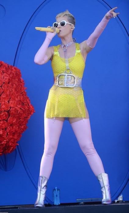 Кэти Пэрри в жёлтом миниплатье