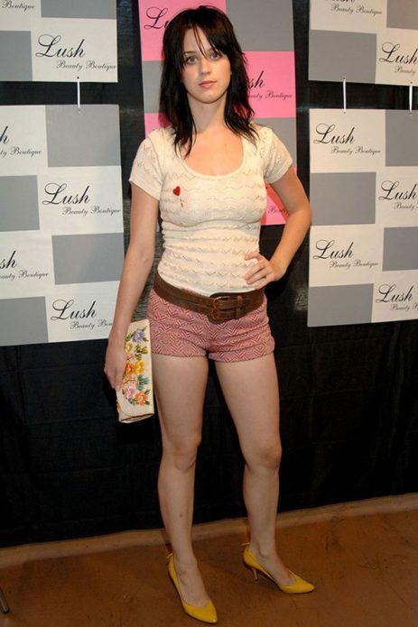 Кэти Пэрри в майке и шортах