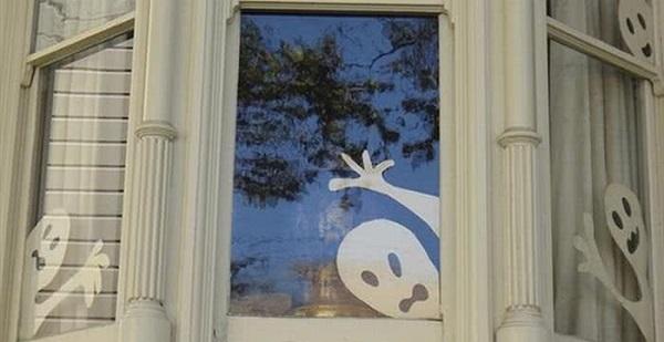 Призраки из бумаги в окнах