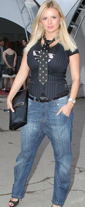 Анна в широких джинсах