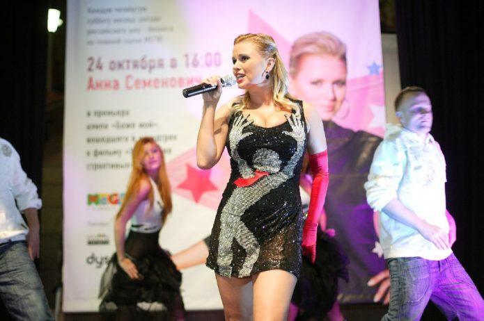 Платье с руками певицы