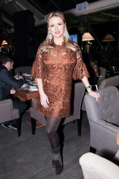 Анна Семенович в коротком платье