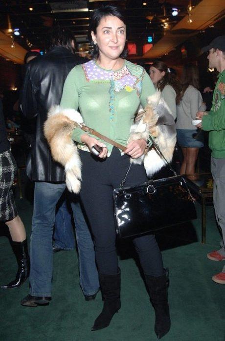 Певица Лолита в нелепом наряде