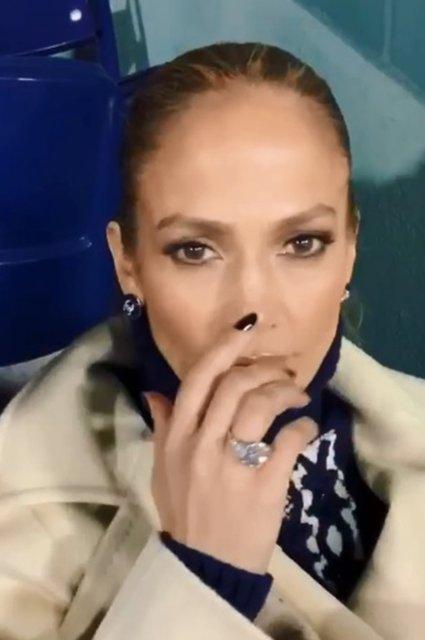 Дженнифер Лопес показала помолвочное кольцо