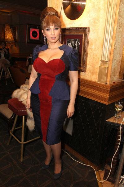 Анфиса Чехова с чёлкой в обтягивающем платье