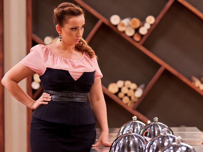 Анфиса Чехова в офисном чёрном платье
