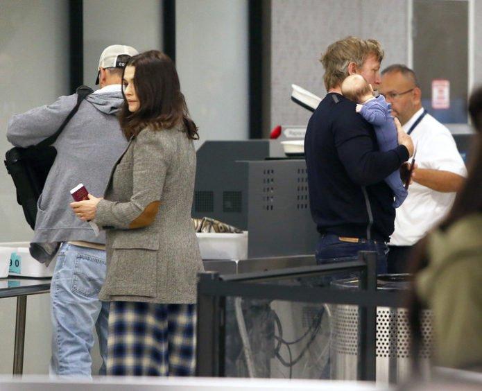 Рэйчел Вайс и Дэниэл Крейг в аэропорту