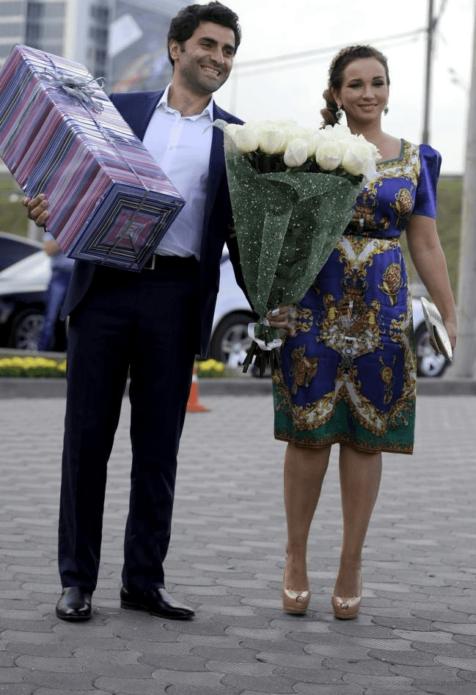 Анфиса Чехова с белыми розами