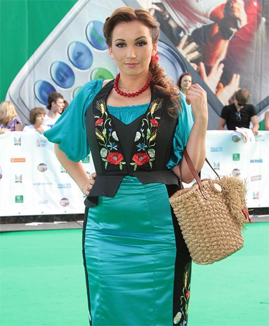Анфиса Чехова в берюзовом платье