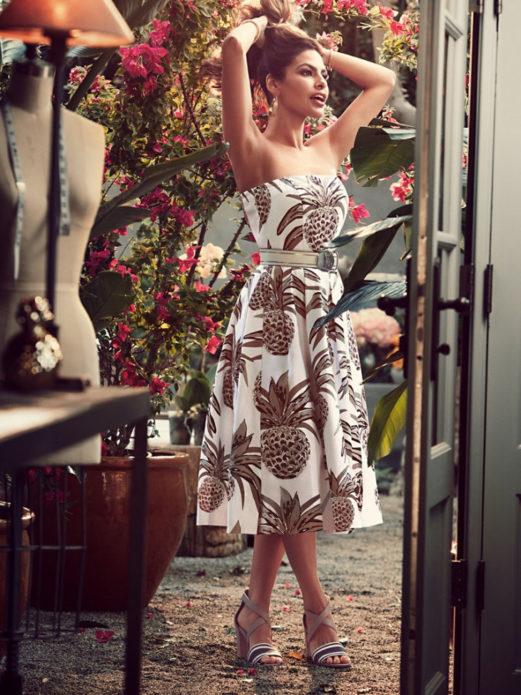 Ева Мендес в расклешенном платье с принтом в виде ананасов