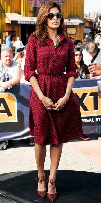 Ева Мендес в бордовом платье-рубашке