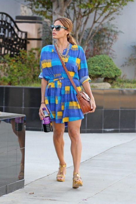Ева Мендес в сине-желто-голубом платье