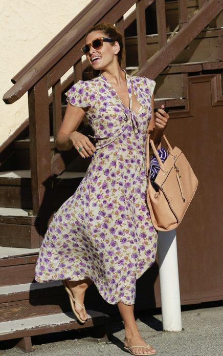 Ева Мендес в белом платье с принтом фиолетовые розы