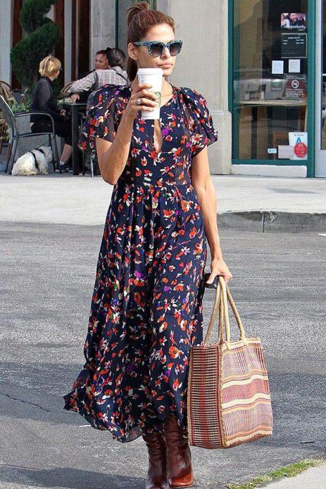 Ева Мендес в темно-синем платье с цветочным принтом