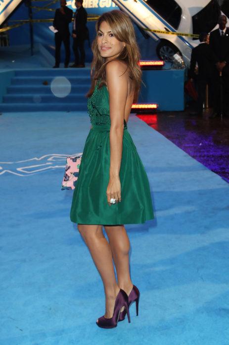 Ева Мендес в темно-бирюзовом платье и фиолетовых туфлях