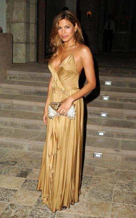 Ева Мендес в золотом платье в пол
