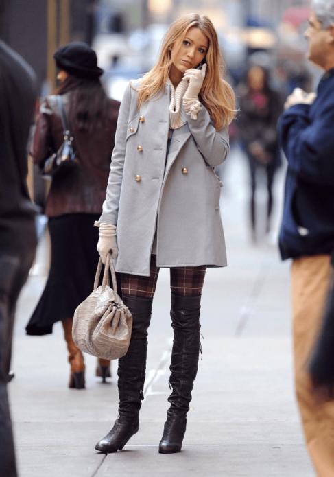 Блейк Лайвли в сером пальто и высоких коричневых сапогах