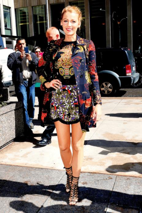 Блейк Лайвли в платье и кардигане с яркими принтами
