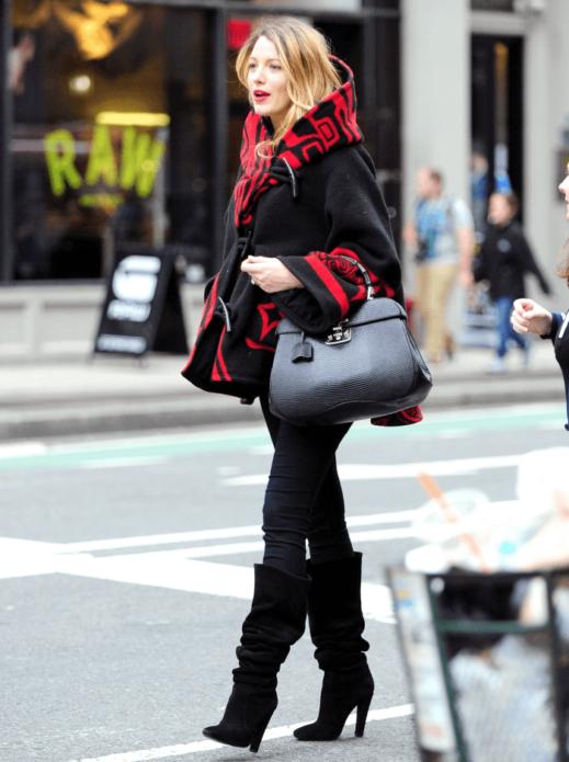 Блейк Лайвли в черно-красном пальто оверсайз и брюках