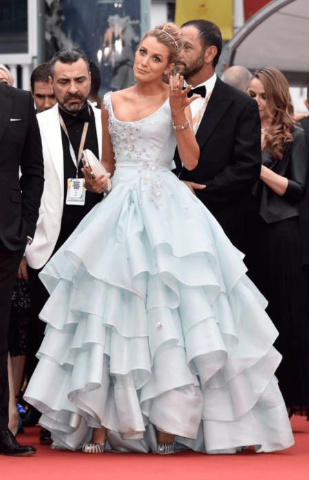 Блейк Лайвли в бело-голубом пышном платье со слоистой юбкой