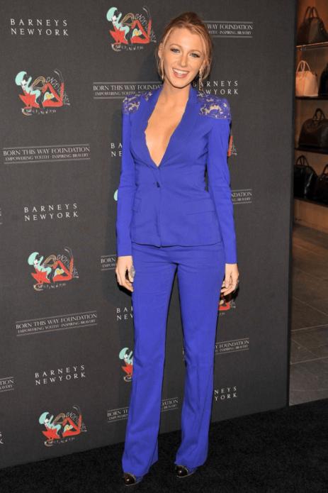 Блейк Лайвли в синем брючном костюме