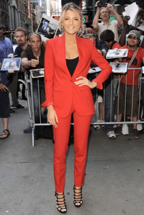 Блейк Лайвли в красном брючном костюме