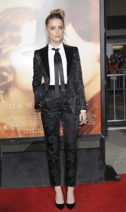 Блейк Лайвли в черном брючном костюме с галстуком на шее