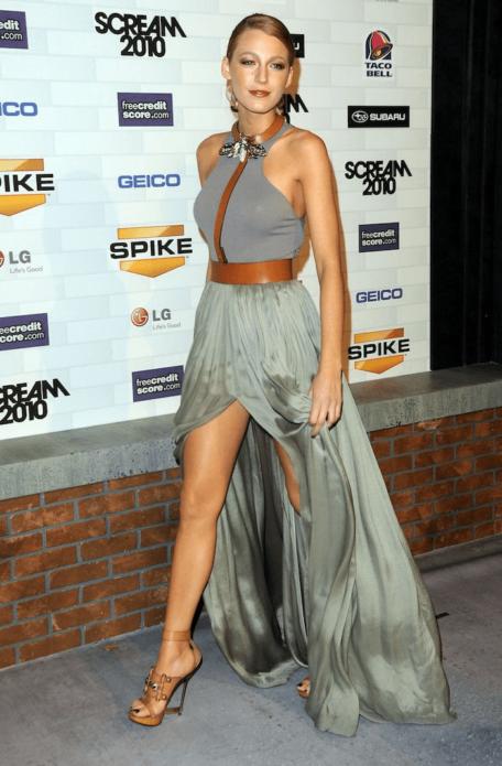 Блейк Лайвли в сером платье с кожаными аксессуарами