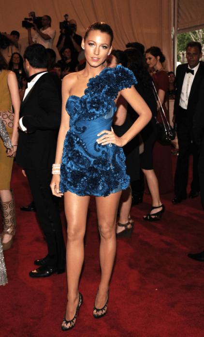 Блейк Лайвли в синем платье с объемным декором