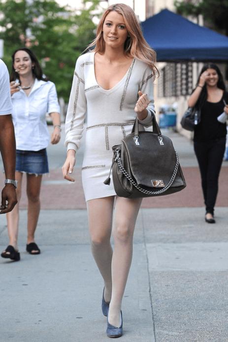 Блейк Лайвли в белом платье с серой сумкой