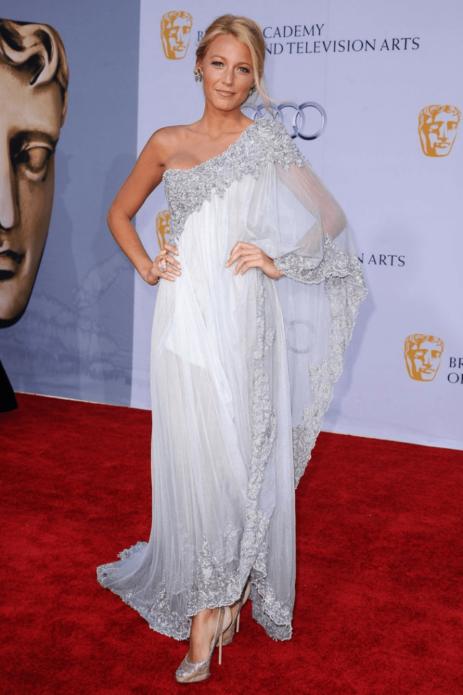 Блейк Лайвли в легком белом платье с декором из шифона