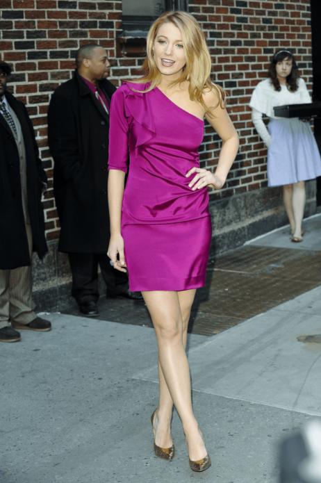 Блейк Лайвли в темно-розовом атласном платье