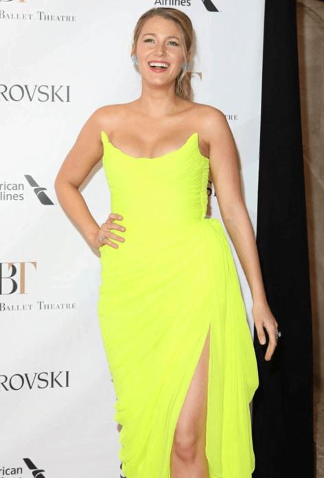 Блейк Лайвли в лимонном платье, визуально портящем фигуру